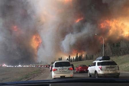 cars evacuating from the Ft. McMurray wildfire